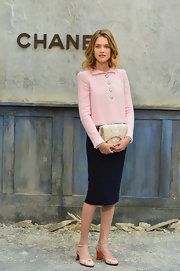 Natalia kept her look sleek and sophisticated with this knee-length pencil skirt, which she paired with her light pink jacket.