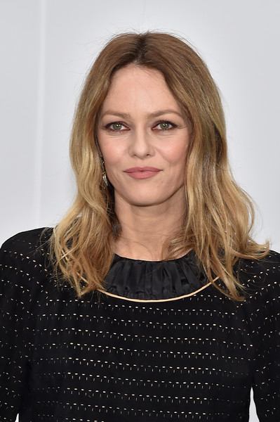 Vanessa Paradis was casually coiffed with this slightly wavy 'do at the Chanel fashion show.