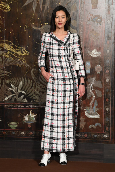 Liu Wen styled her frock with a pair of high-heel oxfords.