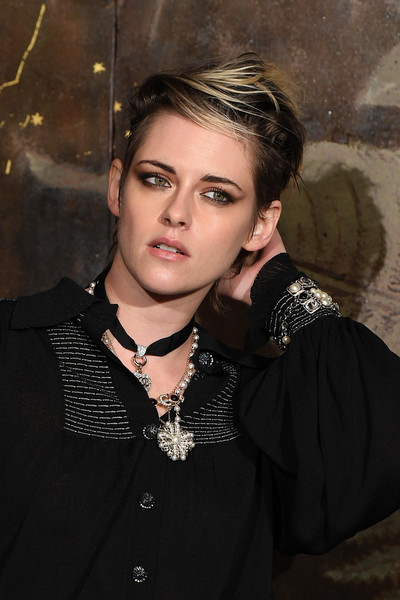 Kristen Stewart styled her outfit with a beautiful pearl pendant.