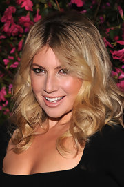 Ari Graynor looked like a blonde beauty with these thick, bouncy waves.