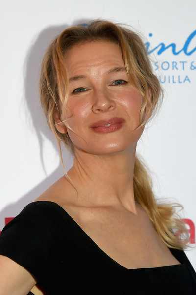 Renee Zellweger went casual with this loose ponytail at the Changemaker Honoree Gala.
