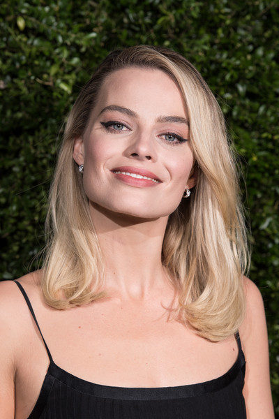Margot Robbie kept it classic with this side-parted lob at the Charles Finch and Chanel pre-BAFTA dinner.
