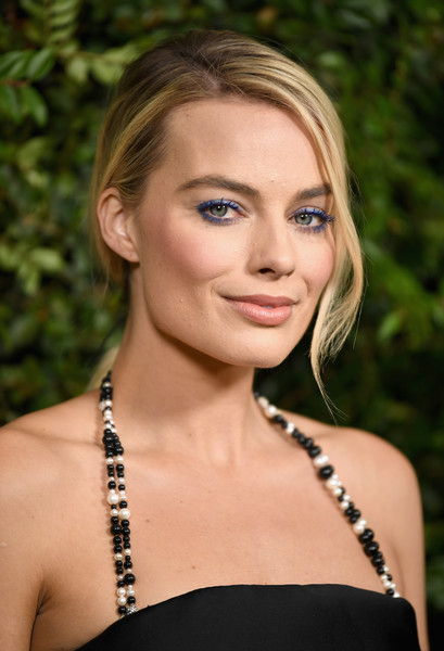 Margot Robbie wore her hair in a low, side-parted ponytail at the Charles Finch and Chanel pre-Oscar dinner.
