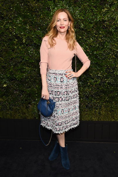 For her arm candy, Leslie Mann chose a stylish blue chain-strap bag by Chanel.