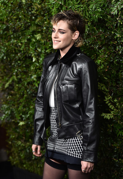 More Pics of Kristen Stewart Smoky Eyes (1 of 9) - Makeup Lookbook - StyleBistro [clothing,jacket,leather,leather jacket,outerwear,textile,fashion,top,photography,street fashion,charles finch,kristen stewart,chanel pre-oscar awards,dinner,arrivals,california,los angeles,madeo restaurant,madeo in beverly hills,chanel]