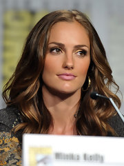 Starlet Minka Kelly opted for loose curls and pale pink lips at the 'Charlie's Angels' panel at Comic-Con.