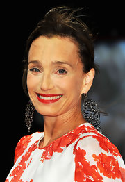 Kristin Scott Thomas added an abstract touch to her fun floral frock with these decorative dangle earrings.