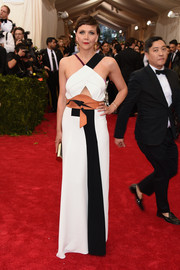 Maggie Gyllenhaal's Roland Mouret color-block gown, with its mismatched shoulder straps, midriff cutout, and modernized obi belt, was a super-cool way to rock the Met Gala Oriental theme.