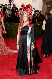 For her Met Gala red carpet look, Sarah Jessica Parker chose a black H&M one-shoulder gown with a colorful patchwork panel running down one side.