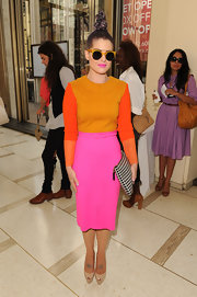 Kelly Osbourne's herringbone clutch was a huge contrast to her color-blocked look.