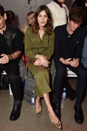 Alexa Chung donned an utilitarian-chic olive-green jumpsuit for the Christian Cowan fashion show.