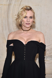 Diane Kruger gave her elegant off-the-shoulder dress an edgy boost via a gold chain choker.