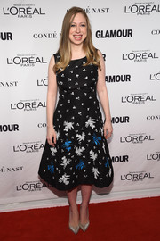 Chelsea Clinton styled her lovely dress with silver pointy pumps.