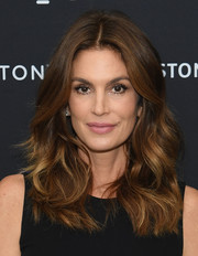 Cindy Crawford framed her gorgeous face with a stylish wavy 'do for the Talking Top Design event.