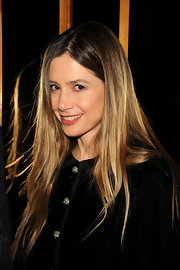 Mira Sorvino exuded a hippie vibe with her long center-parted 'do.