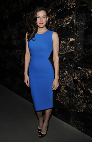 Liv Tyler accented her glame electric blue dress with black leather slingback peep-toes.