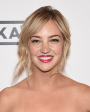 Abby Elliott attended the season 3 premiere of 'Odd Mom Out' sporting a messy-glam updo.