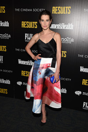 Cobie Smulders added an extra pop of color with an electric-blue hard-case clutch.