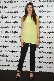 Clara Lago paired her oversized yellow blouse with a pair of black skinny pants to balance out the ensemble's proportions.