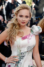To make her ponytail more red carpet appropriate, Beatrice Ronson opted for loose side curls and a headband accessory.