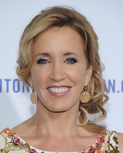 Felicity Huffman wore a lovely modified chignon with a few loose spiral curls at A Decade of Difference gala. To look was soft and romantic while her smoky eyes added a touch of sultriness.