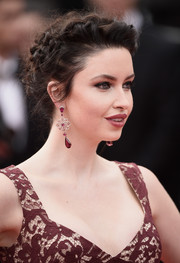 Emma Miller attended the Cannes closing ceremony wearing a romantic and elegant curly updo.