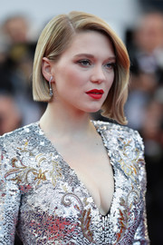 Lea Seydoux polished off her sparkling look with a pair of diamond drop earrings.