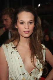 Alicia showed off a feminine hairstyle with her long hair worn half-up, half-down.