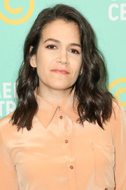 Abbi Jacobson wore her hair down to her shoulders in a wavy style at the Comedy Central Press Day.