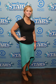 Amy Schumer chose a fitted basic black tee to pair with her asymmetrical skirt while at the 'Comedy Central' Stars Under the Stars event.