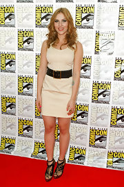While attending Comic-Con Scarlett showed off her toned legs in a pair of lace ankle boots. A great stand out piece to complement her beige dress.