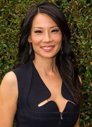 Lucy Liu lightly side-parted her dark wavy hair to create this gorgeous look.