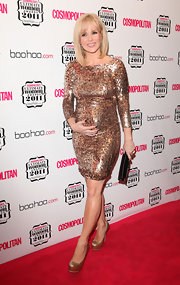 Amande Holden shined on the red carpet at the 'Cosmopolitan' awards. She paired her look with gold platform pumps.