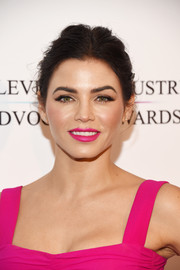 For her lips, Jenna Dewan-Tatum chose a hot-pink hue to match her outfit.