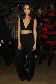 Jamie Chung covered up down below in a pair of black wide-leg trousers, also by Cushnie et Ochs.