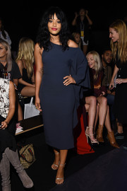 Kiersey Clemons looked fashion-forward in a one-sleeve navy ruffle dress at the Cushnie et Ochs fashion show.