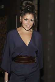 Stella Schnabel emphasized her curves in a loose jumpsuit by wearing a thick leather belt.