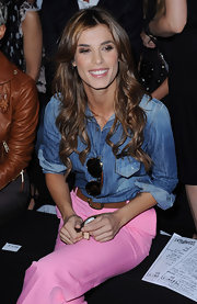 Elisabetta curled her hair brunette tresses which were parted down the center at Milan Fashion Week.