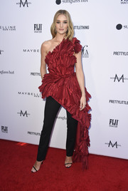 Rosie Huntington-Whiteley finished off her look with a pair of black cigarette pants, also by Oscar de la Renta.