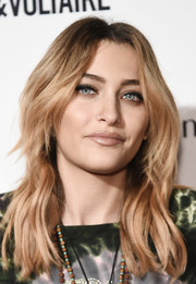 Paris Jackson attended the 2018 Fashion Media Awards wearing her hair in a layered wavy style.