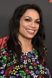 Rosario Dawson rocked mussed-up waves at the 'Daredevil' season 2 premiere.