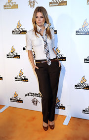 AnnaLynne McCord sets the tone of her preppy outfit with a pair of classic brown pumps.