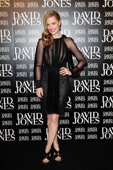 Melissa George complemented her sheer black cocktail dress with black leather sandals with crisscrossing straps.