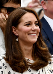 Kate Middleton wore her hair down in a side-parted style with curly ends at Wimbledon 2018.