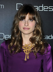 Lake Bell paired her vibrant purple dress with a gold knotted necklace. The perfect way to jazz up her look.