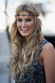 Delta Goodrem totally worked the boho look with this long center-parted wavy 'do, complete with a floral headband.