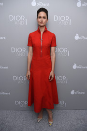 Katherine Waterston chose a fuss-free yet chic red zip-front dress for the 'Dior and I' premiere.