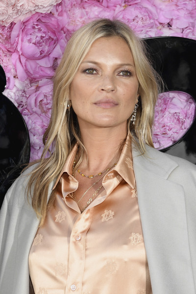 Kate Moss sported a subtly wavy center-parted hairstyle at the Dior Homme Spring 2019 show.