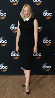 Wendi McLendon-Covey paired her dress with elegant gray and black strappy pumps.